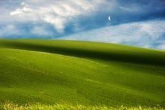 Colinas verdes y fondo del cielo azul Foto de archivo libre de regalías