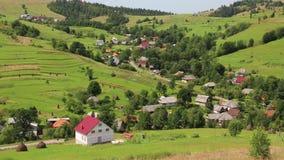 Colinas verdes y pueblo hermosos, Cárpatos, Ucrania almacen de metraje de vídeo