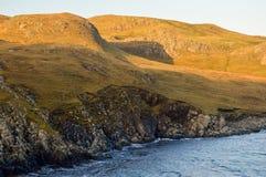 Colinas y acantilados en Mavis Grind, Islas Shetland Fotos de archivo