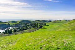 Colinas y charca en el parque del país de Ed Levin, área de la Bahía de San Francisco del sur, Milpitas, California fotos de archivo libres de regalías