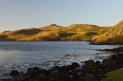 Colinas y lago de mar en las Islas Shetland Imagenes de archivo