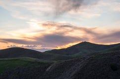 Colinas y puesta del sol Imágenes de archivo libres de regalías