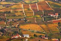 Colinas y viñedos otoñales en Piamonte, Italia Imagen de archivo libre de regalías