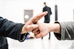 colisão da mão no boxe de treino de Jiu Jitsu do brasileiro imagem de stock royalty free
