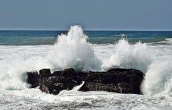 Colisão da rocha do mar imagens de stock