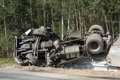 colisão frontal de Volvo e do caminhão com o petroleiro para o transporte da gasolina , em Letónia na estrada A9, o 17 de agosto  fotografia de stock
