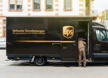 Colis Allemagne d'UPS van delivery photo libre de droits
