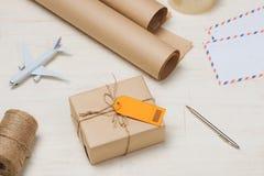 Colis attaché avec de la ficelle avec le label orange d'adresse joint photos libres de droits