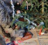 Colis d'investgates de chien sous l'arbre de Noël Images stock