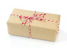 Colis de papier de Brown attaché avec de la ficelle rouge et blanche Photos stock