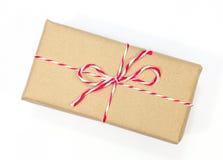 Colis de papier de Brown attaché avec de la ficelle rouge et blanche Image stock