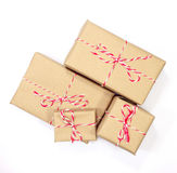 Colis de papier de Brown attaché avec de la ficelle rouge et blanche Photos libres de droits