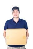 Colis donnant et de transport o de livreur asiatique beau de sourire photos stock