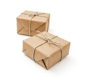 Colis enveloppés avec le papier brun et attachés Image stock