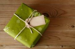 Colis vert de Noël attaché par ficelle Photos libres de droits