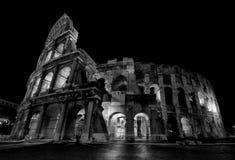 Coliseo en la noche fotografía de archivo