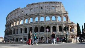 Coliseo y turistas - lapso de tiempo almacen de metraje de vídeo
