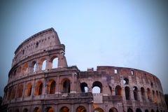 Coliseum bij schemer stock afbeelding