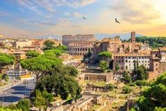 Coliseum en Roman Forum, mooie zonsondergangmening royalty-vrije stock fotografie