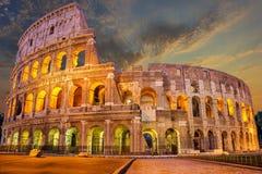 Coliseum enlighted på soluppgång, Rome, Italien, inga personer royaltyfri fotografi