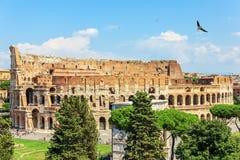 Coliseum i Rome och bågen av Constantine, sommarsikt, Italien royaltyfri foto