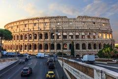 Coliseum in Rome en een straat dichtbij, Italië, zonsopgangmening royalty-vrije stock afbeelding