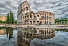 Coliseum som reflekterar i pölen, Rome, Italien Royaltyfri Foto