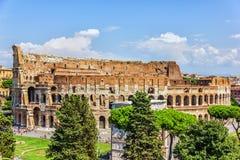 Coliseumen och den triumf- bågen av Constantine, sikt från den Capitoline kullen arkivfoto