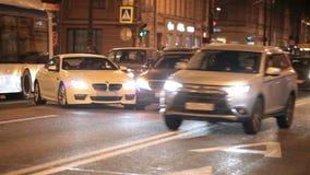 Colisión de menor importancia de coches en el camino almacen de metraje de vídeo