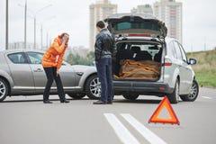 Colisión del choque de coche en ciudad imagenes de archivo