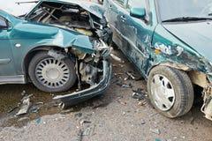 Colisión del desplome del automóvil en calle urbana Foto de archivo
