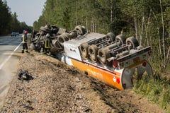 colisión frontal de Volvo y del camión con el petrolero para el transporte de la gasolina , en Letonia en el camino A9, el 17 de  imágenes de archivo libres de regalías