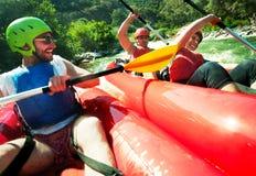 Colisión de dos canoas que transporta en balsa Imagen de archivo libre de regalías