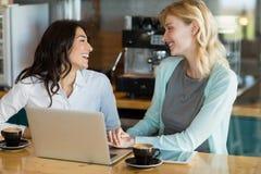 Collègue d'affaires agissant l'un sur l'autre les uns avec les autres dans le café Images stock