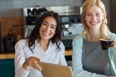 Collègue d'affaires ayant le café dans le café Image libre de droits