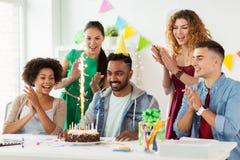 Collègue de salutation d'équipe à la fête d'anniversaire de bureau Photographie stock libre de droits