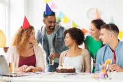 Collègue de salutation d'équipe à la fête d'anniversaire de bureau Image stock