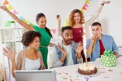 Collègue de salutation d'équipe de bureau à la fête d'anniversaire Photo stock