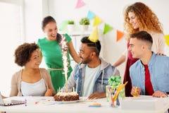 Collègue de salutation d'équipe de bureau à la fête d'anniversaire Photographie stock libre de droits