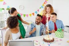 Collègue de salutation d'équipe de bureau à la fête d'anniversaire Image libre de droits