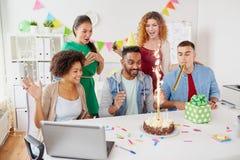 Collègue de salutation d'équipe de bureau à la fête d'anniversaire Photos libres de droits