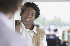 Collègue de Talking To Blurred d'homme d'affaires dans le bureau Photos stock