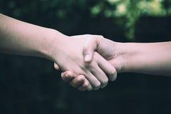 Collègue deux serrant la main image libre de droits