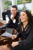 Collègue hispanique de femme d'affaires et de mâle dans le bureau Photo stock