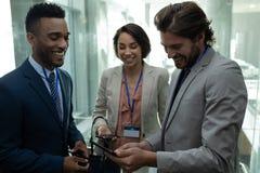 Collègue multi-ethnique d'affaires agissant l'un sur l'autre les uns avec les autres dans l'ascenseur photos libres de droits
