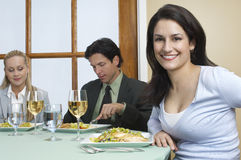 Collègues à la table de salle à manger photographie stock