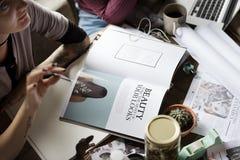 Collègues échangeant le travail d'idées d'opinion photographie stock