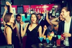 Collègues amicaux dansant sur la partie d'entreprise Photos stock