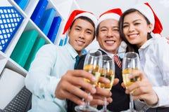 Collègues avec des cannelures de champagne Photo stock