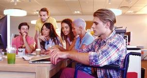 Collègues ayant la discussion sur le PC banque de vidéos